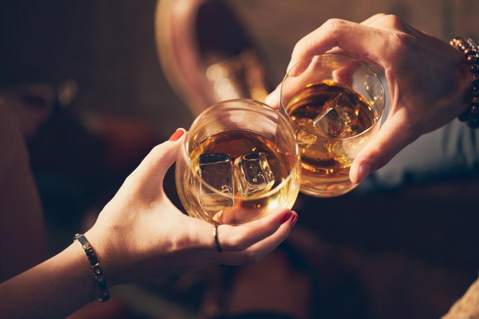 двойка питие алкохол