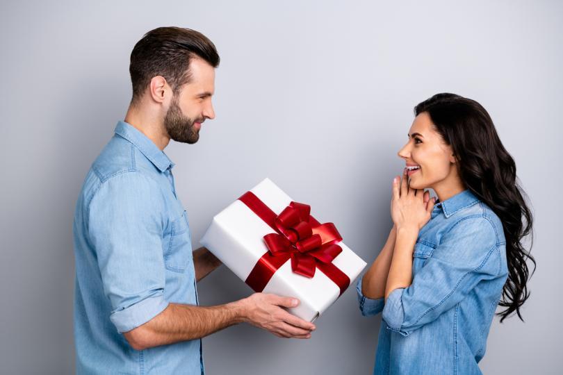 <p><strong>Интересуваш се от работата му и финансовото му състояние</strong></p>  <p>Естествено, въпросът &quot;Каква ти е заплатата?&quot; е изключително неуместен, особено ако вашите взаимоотношения са в зародиш. Тук говорим за това, че е нормално една жена да се интересува от професионалните интереси, амбиции и бъдещи творчески планове на партньора ѝ, с когото иска да сподели живота си. И не виждаме нищо нередно!</p>