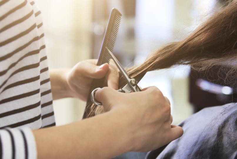 <p><strong>Не подстригвайте косата си на всеки шест седмици</strong></p>  <p>Много специалисти съветват да подстригвате косата си често, но това не е полезно за нея. Достатъчно е просто да я скъсявате по два-три пъти в годината. Трябва обаче да се грижите за краищата, които обикновено са най-проблемната част.</p>