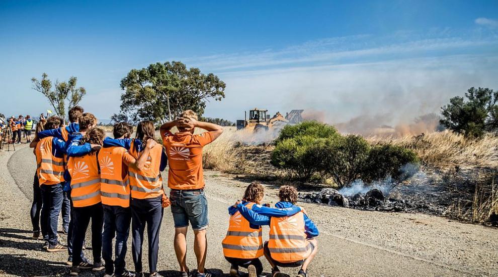 Пострадали от пожарите занесоха останки от къщи на депутатите в Австралия