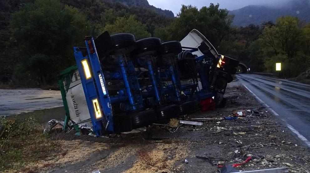 Шофьор загина в катастрофа в Кресненското дефиле (СНИМКИ)