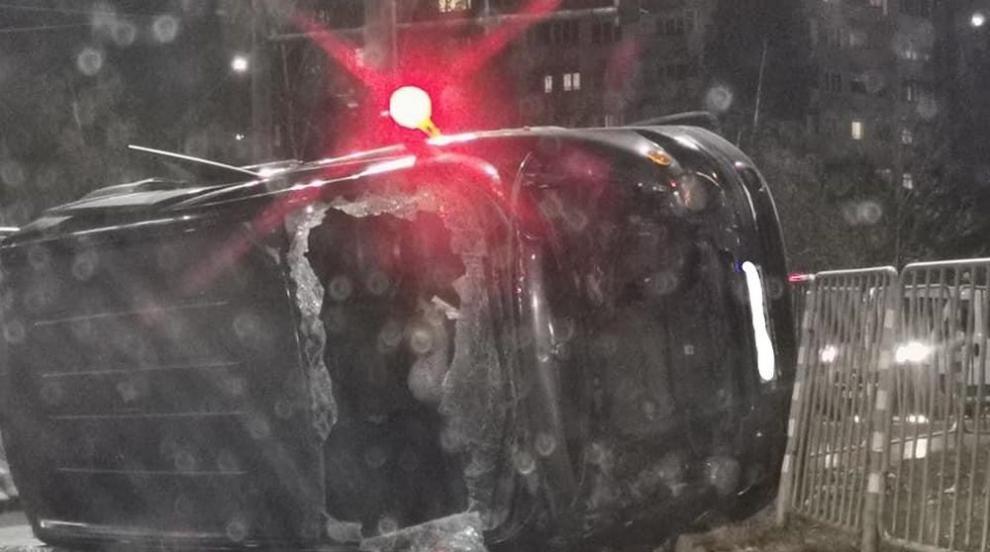 Кола се обърна по таван, двама души в болница