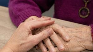 възрастни хора ръка