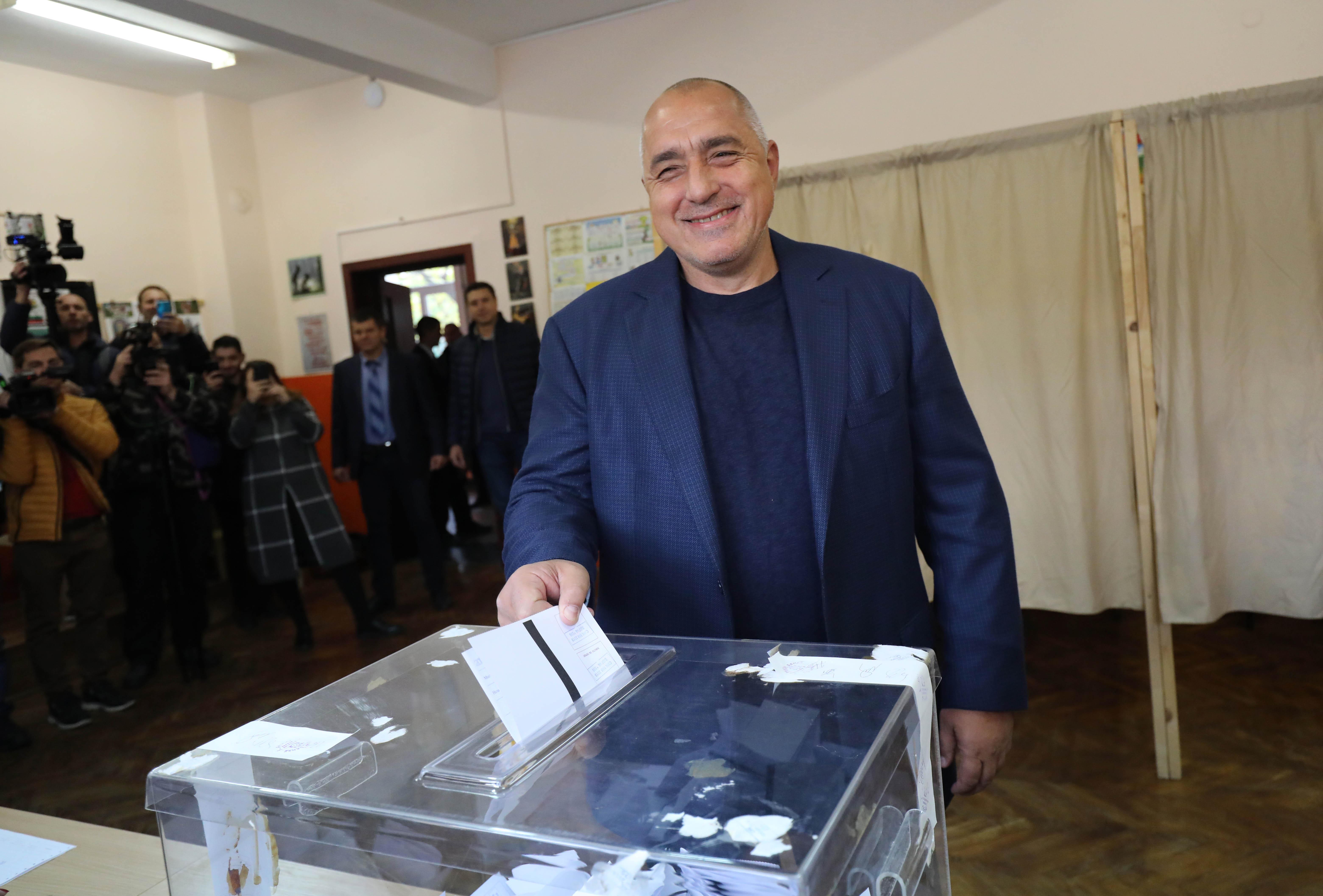 Втори тур за местна власт се провежда в 97 общини, 377 кметства и 31 района. Някои политици вече дадоха своя вот.