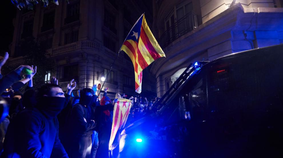 Каталунските сепаратисти гориха портрети на крал Фелипе в Барселона (ВИДЕО)