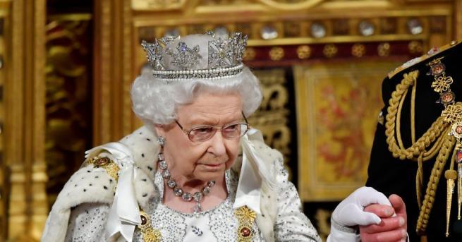 Кралицата на Великобритания използвала джин, за да чисти кралските бижута,