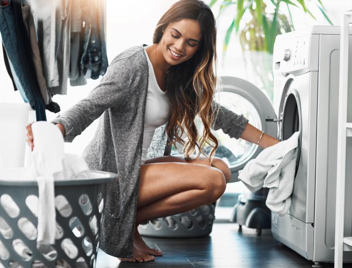 <p><strong>Не пресушавайте дрехите си</strong>&nbsp;- Много трудно се гладят дрехи, които са били пресушени. По-лесно е да се гладят дрехите, когато са леко влажни. Ако все пак са пресъхнали, поръсете с малко вода.</p>