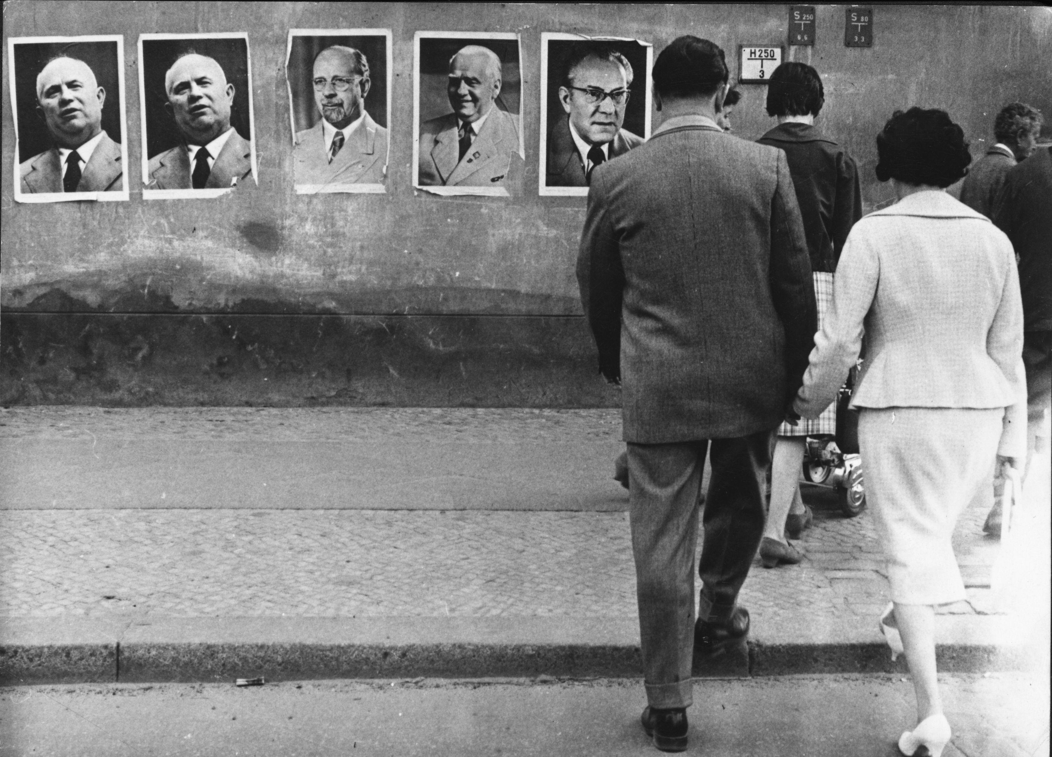 <p><strong>28 август 1961 г.&nbsp;</strong></p>  <p>От източната страна Берлинската стена е облепена с плакати на съветския лидер Никита Хрушчов и на лидера на ГДР - Валтер Улбрихт.</p>