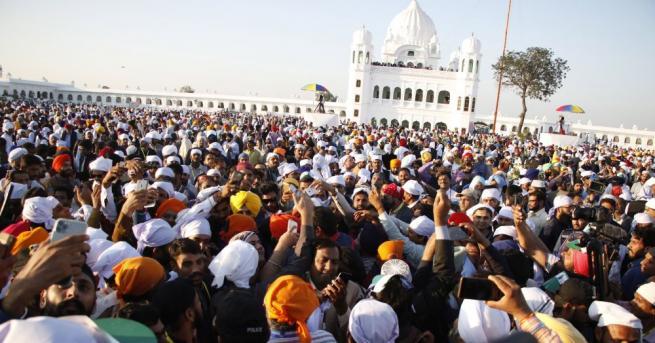 Стотици индийски сикхи започнаха да прекосяват границата с Пакистан през