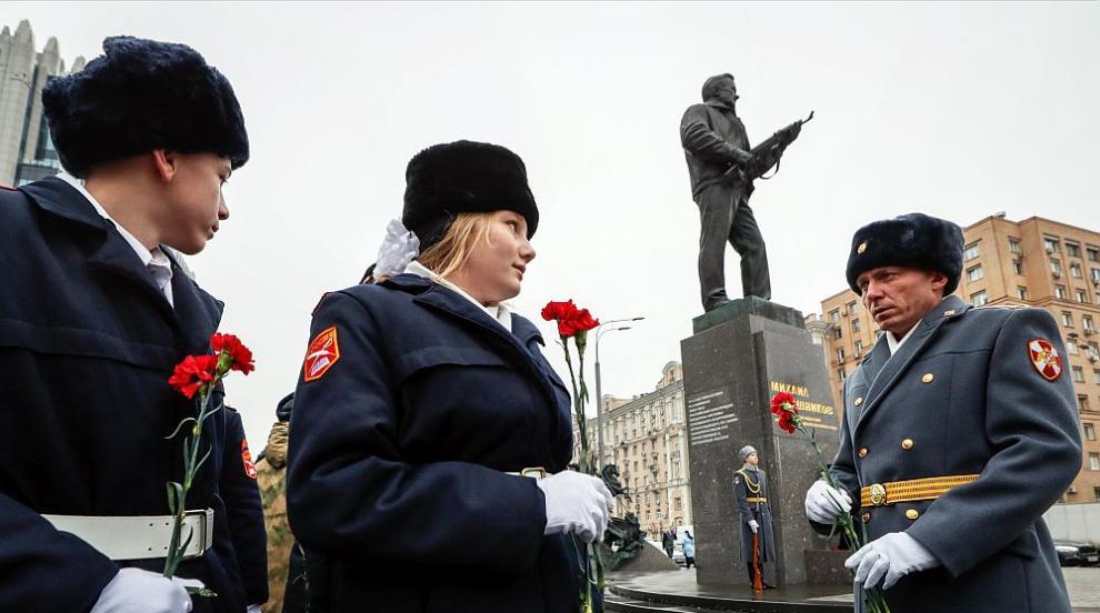 В Русия честват 100 години от раждането на Михаил Калашников (СНИМКИ)