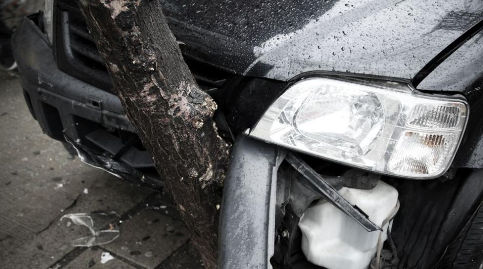 Шофьор пострада тежко след удар в дърво