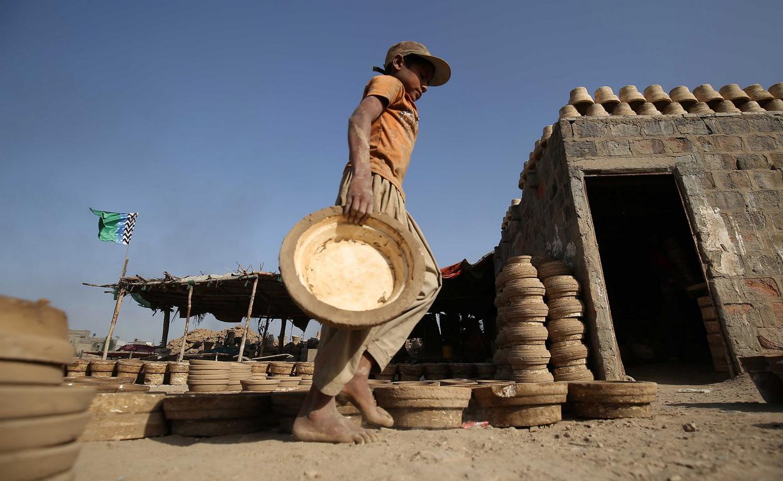 Работилница за глинени съдове в покрайнините на Карачи, Пакистан.