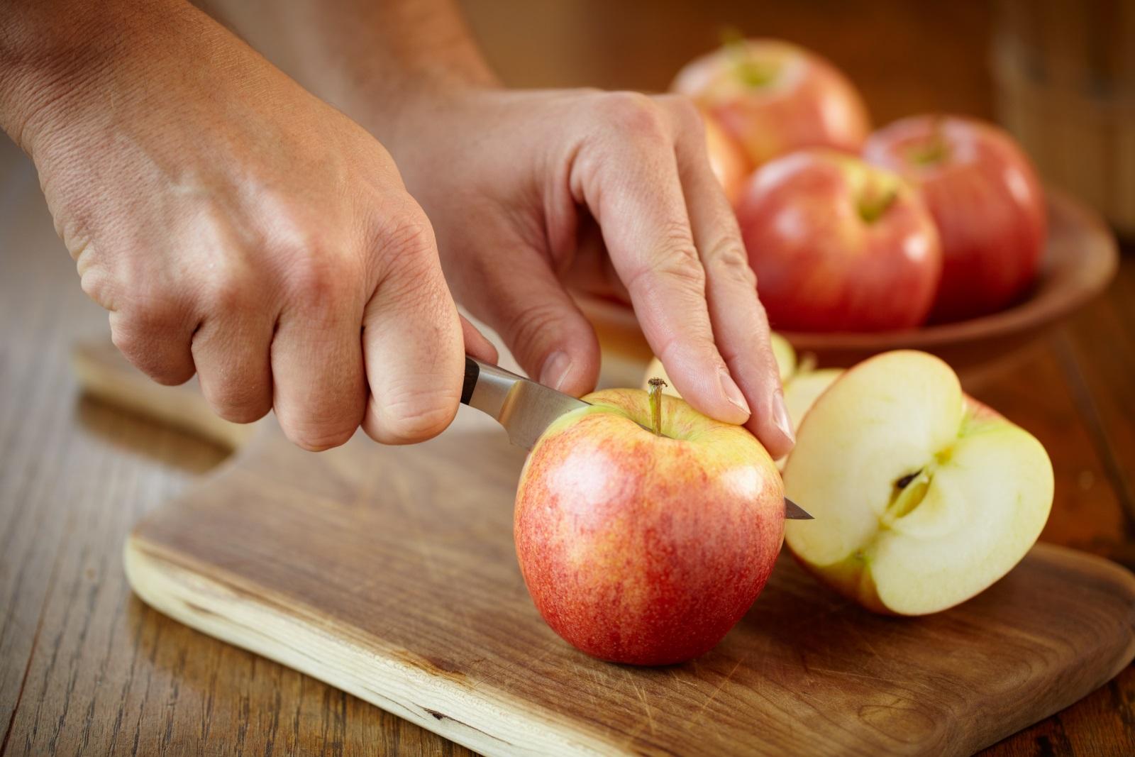 <p>Ябълките са полезни за сърцето. Една от основните причини да похапвате редовно ябълки е, че помагат за доброто здраве на вашето сърце. Фибрите, които (както вече знаем) се съдържат в този плод, намаляват нивата на холестерола и риска от развитие на сърдечно заболяване. Ябълките помагат и срещу натрупването на плака в артериите, което намалява риска от инфаркт.</p>