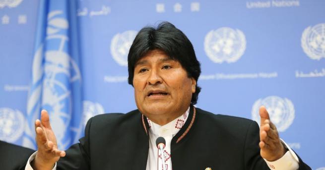Мексикански военен самолет с бившия боливийски президент Ево Моралес на