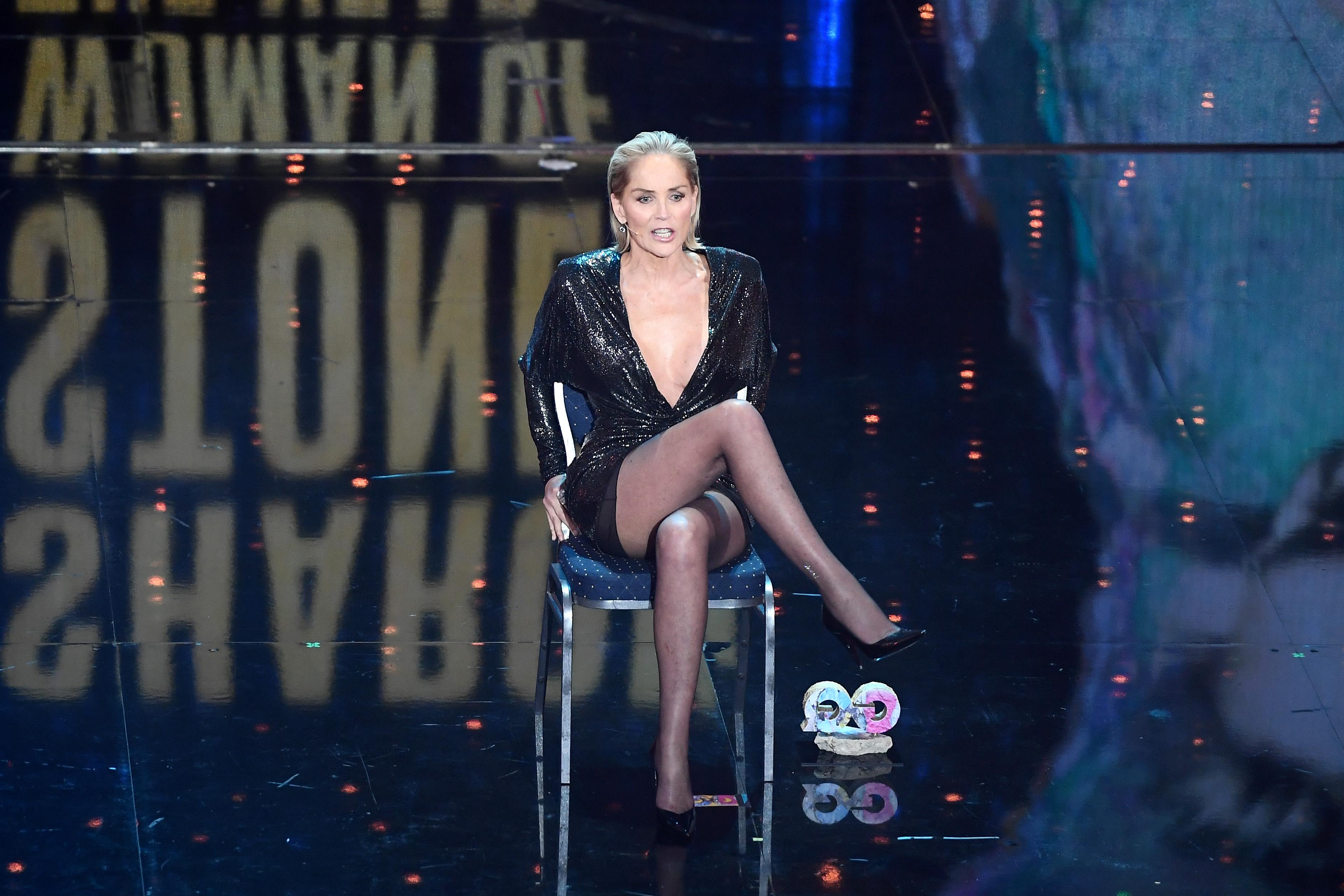 <p>61-годишната актриса изглеждаше, както винаги,&nbsp;зашеметяващо. Тя бе избрала&nbsp;къса рокля с дълбоко&nbsp;деколте. След като получи наградата си, Стоун реши да&nbsp;произнесе&nbsp;речта си седнала на стол, но с дребен, но забележителен елемент - пресъздавайки отново&nbsp;култовото си движение от преди 27 години.</p>