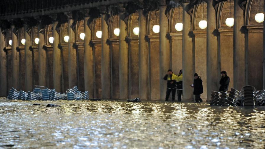 """Бурята """"Виктория"""" удари Гърция, две жертви във Венеция"""