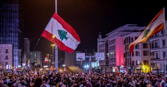 Хиляди протестиращи блокираха вчера вечерта главни улици в Бейрут и