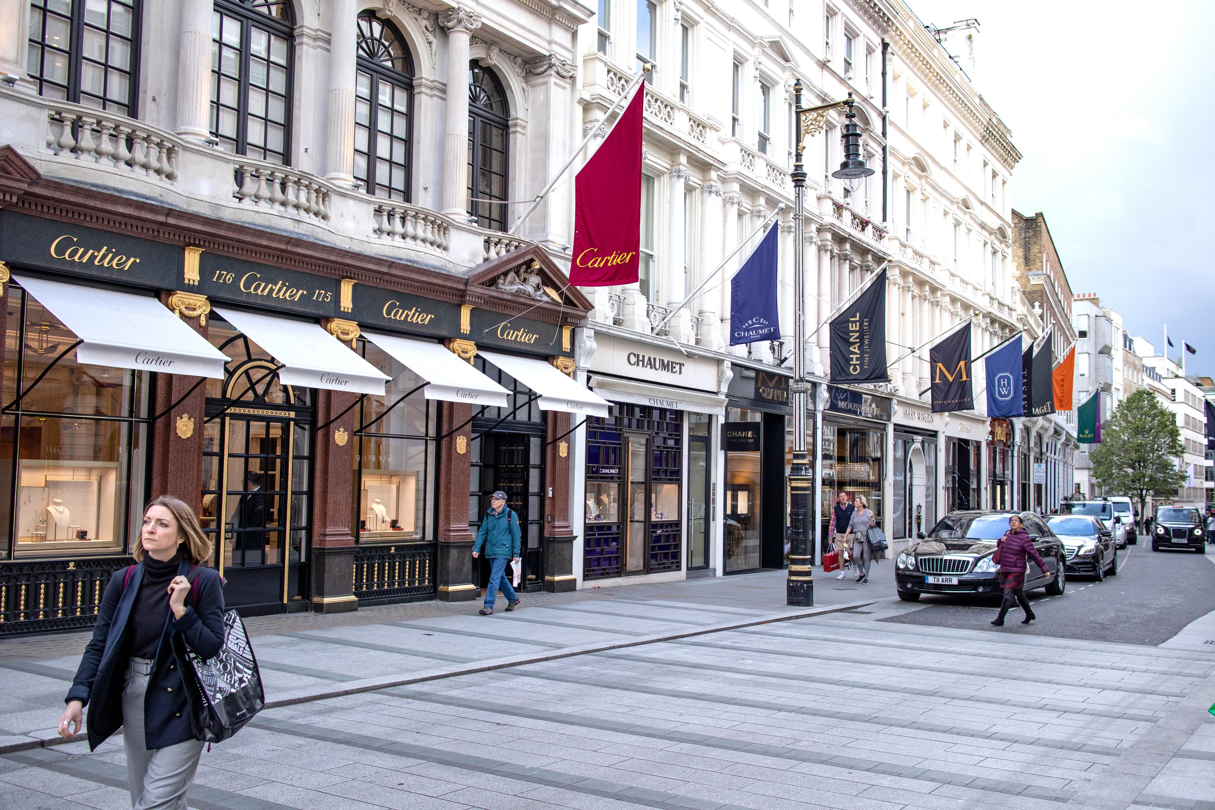 <p>В Европа най-скъпата търговска локация остава New Bond Street в Лондон с месечен наем, равняващ се на 1352 евро/кв. м.</p>