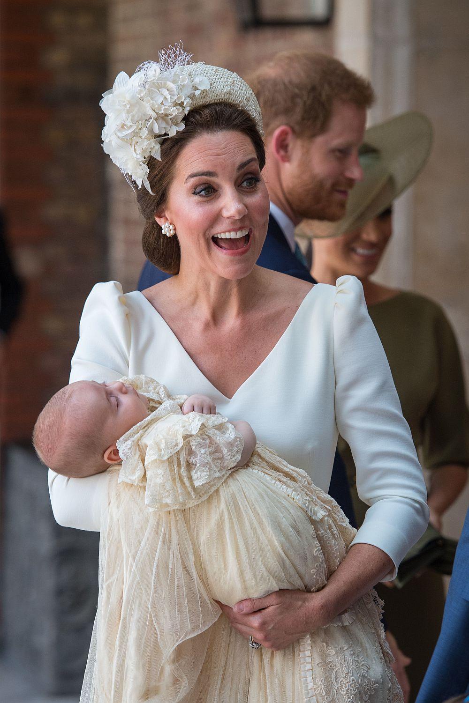 Какъвто и аксесоар да сложи Кейт, тя винаги изглежда стилна и красива