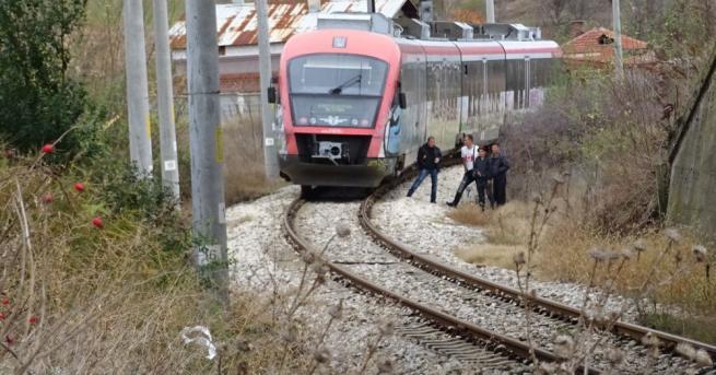 Пътнически влак блъсна мъж, пресичащ неправилно жп релси край Благоевград.БГНЕСБГНЕС