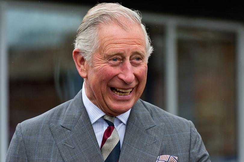 <p><strong>Принц Чарлз заспива по време на сватбена церемония</strong></p>  <p>Случвало ли ви се е клепачите ви да натежат в най-неподходящия момент? Е, на Чарлз това усещане никак не е чуждо - камерите на BBC успяват да уловят как принцът се е унесъл в сладка дрямка по време на сватбата на принц Хари и Меган Маркъл.</p>
