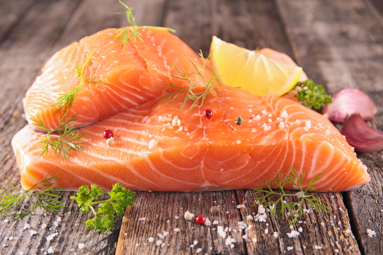 <p>Изкуствено оцветяване на храната. Например сьомгата е много вкусна и здравословна. Някои ресторанти &nbsp;поръчват рибата от места, където тя не се отглежда правилно и е с друг цвят.&nbsp;Характерна е с розовото си месо и мек вкус. Дивата сьомга е с най-различен цвят в зависимост от мястото на улова. Най-розова е&nbsp;в Аляска. Развъжданата в рибарници&nbsp;се оцветява преднамерено. Нея я хранят с мазнина и месо от малки рибки, пшеничен глутен, соя, пилешки обрезки, генномодифицирана мая. Това хранене прави месото сиво и за да му се придаде търговски вид, дават на сьомгата да яде и розови гранули.</p>