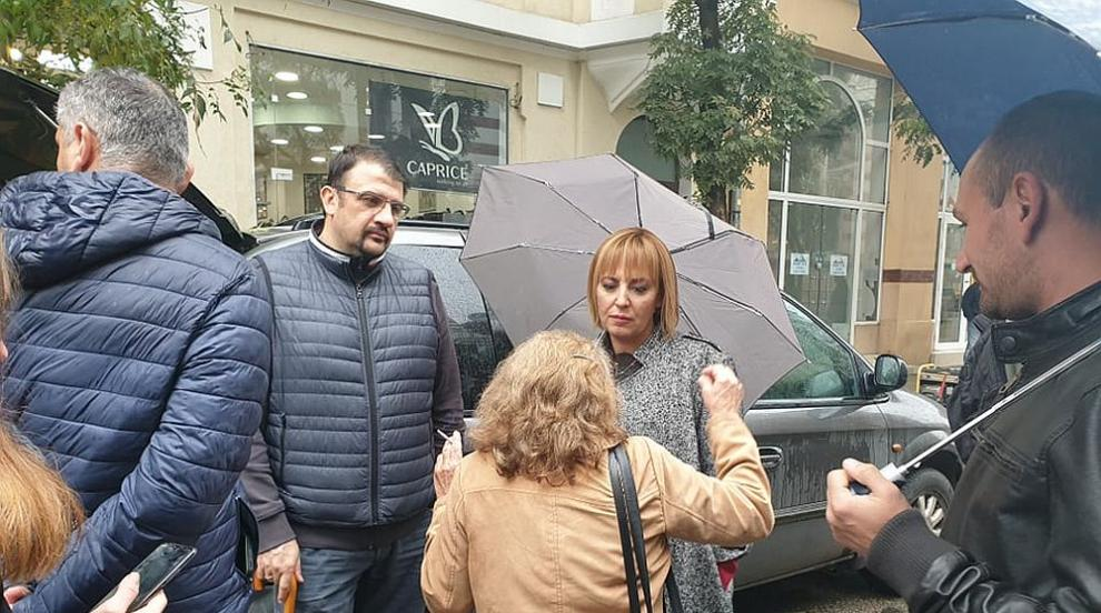 Мая Манолова отиде при протеста, който обстрелва с яйца ВСС