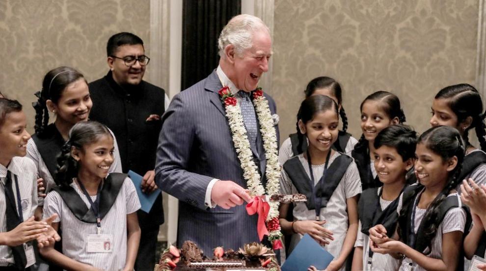 Принц Чарлз отпразнува рождения си ден с ученици в Мумбай (ВИДЕО)