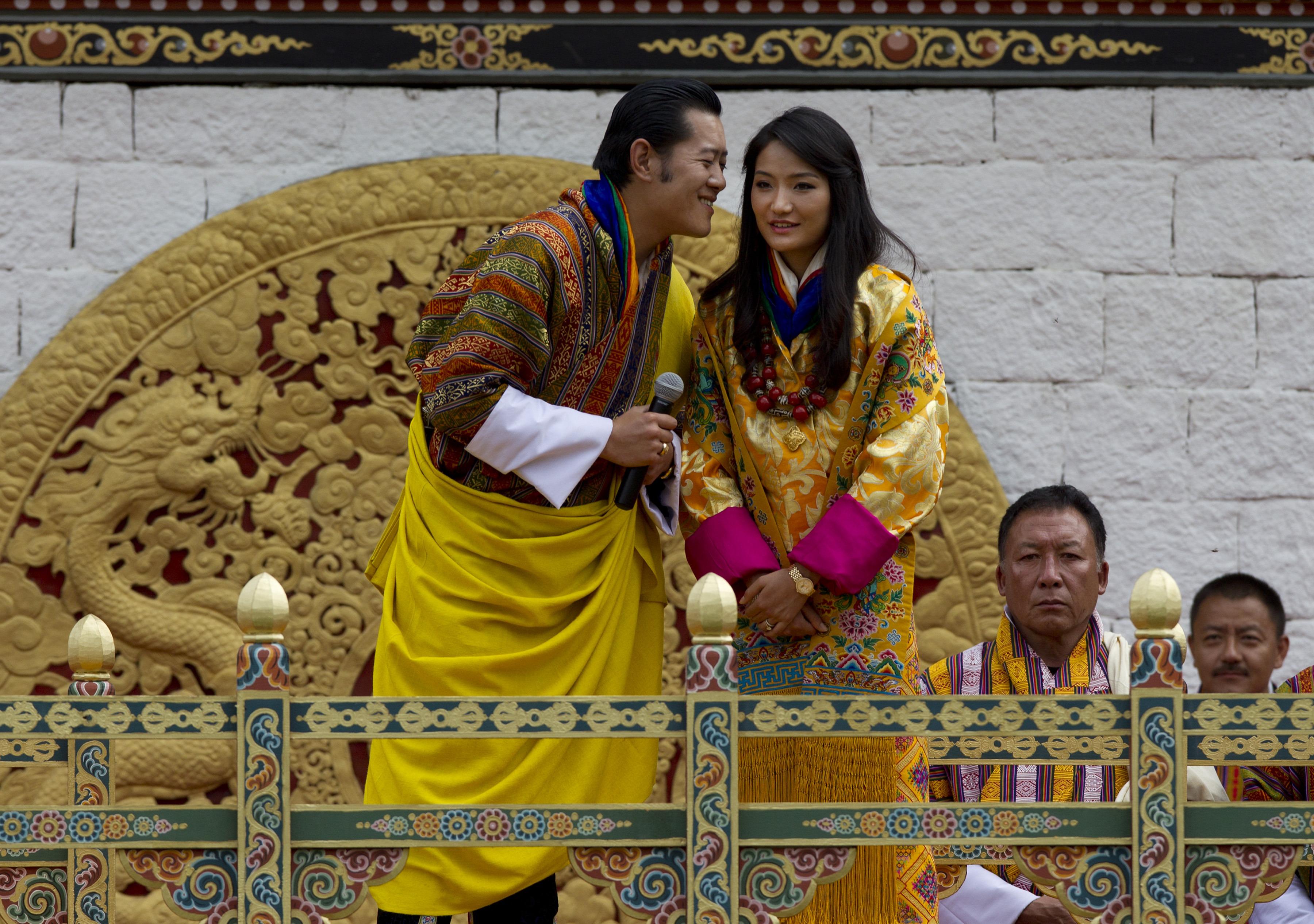 <p><strong>Бутан: крал Джигме Хесар Намгиал Вангчук и кралица Джетсун Пема </strong></p>  <p>През 2011 г. кралят на Бутан се венчава за момиче от народа на скромна церемония в древен манастир от 17 в.</p>