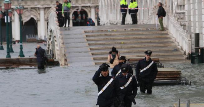 Наводнената Венеция се готви за ново покачване на водите днес,