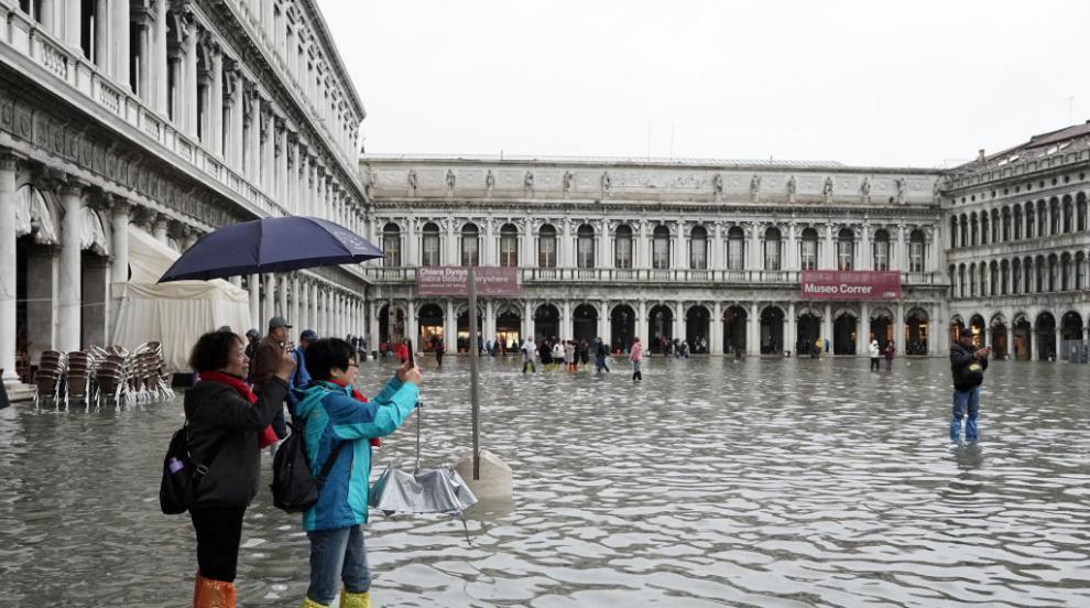 Площад Сан Марко във Венеция беше отворен отново, след като водата спадна