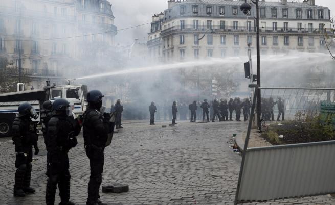 """Протестите на """"жълтите жилетки"""" продължават вече година"""
