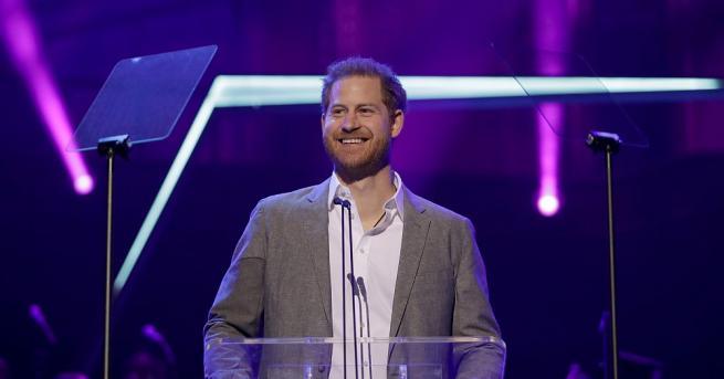 Принц Хари присъства в неделя вечер на благотворителните награди OnSide