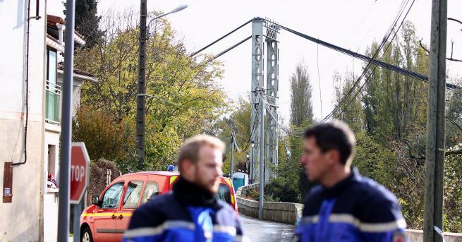 Свят Мост във Франция се срути, загина 15-годишно момиче Близо