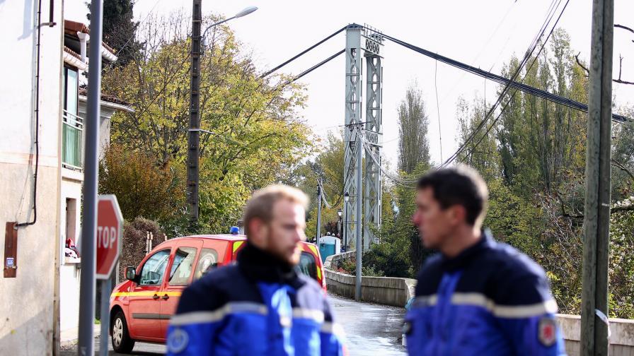 Мост се срути, кола падна, загина момиче във Франция