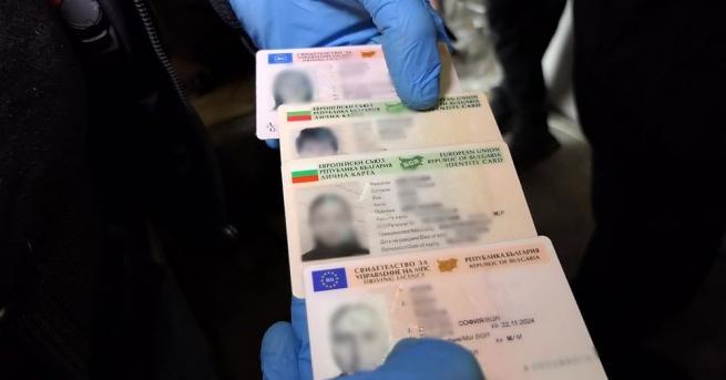 Задържаха 70-годишен мъж, търгувал с фалшиви документи за самоличност, съобщиха