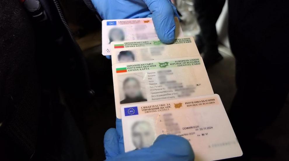 Задържаха 70-годишен мъж, търгувал с фалшиви документи за самоличност