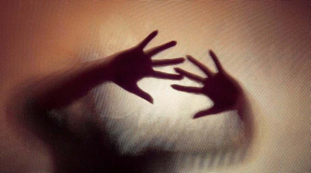 След изнудване и заплахи: Мъж преби и изнасили...