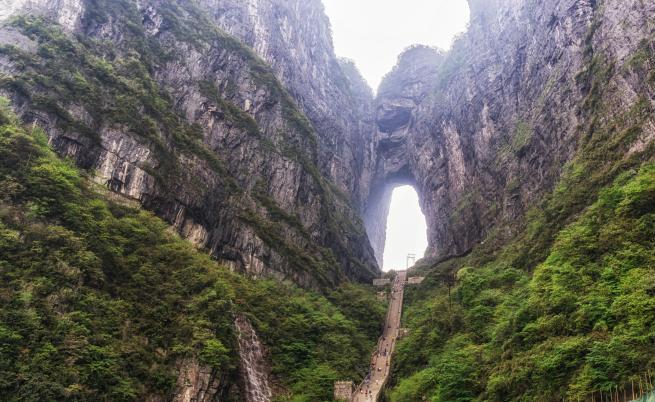 Откриха огромни пещери около подземна река