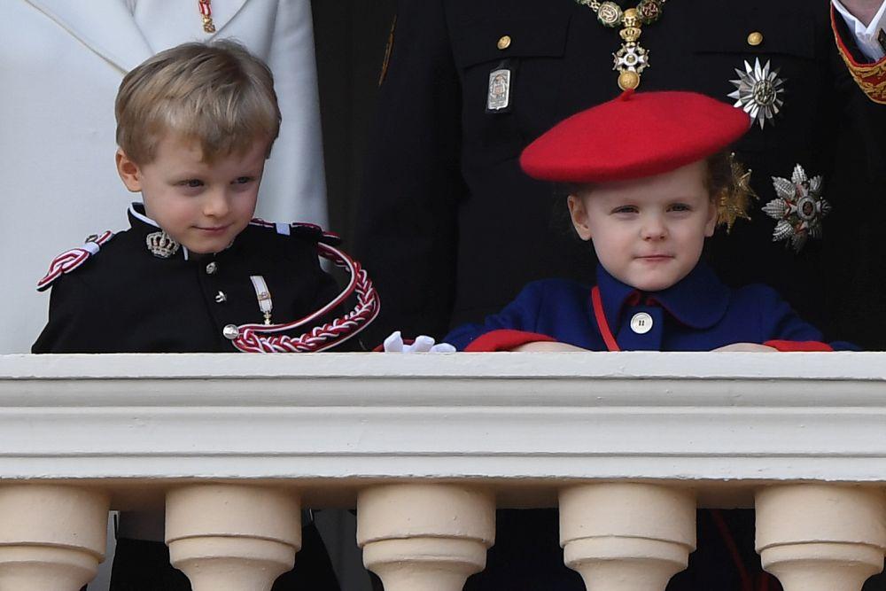 Техни височества на Монако се забавляват от дворцовия балкон