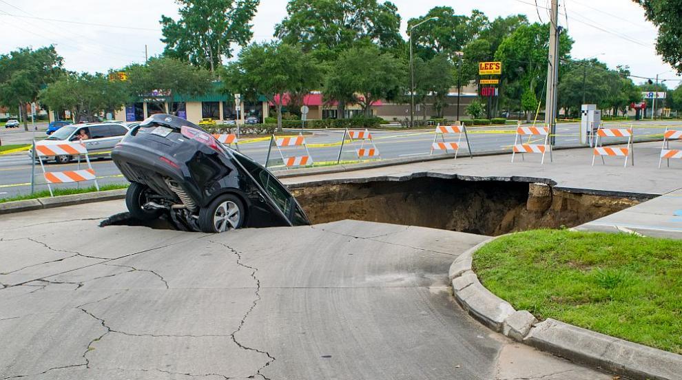 Кола пропадна в огромна дупка в Пловдив (ВИДЕО)