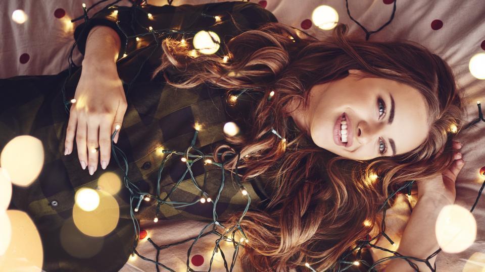 жена празник усмивка Коледа Нова година лампички
