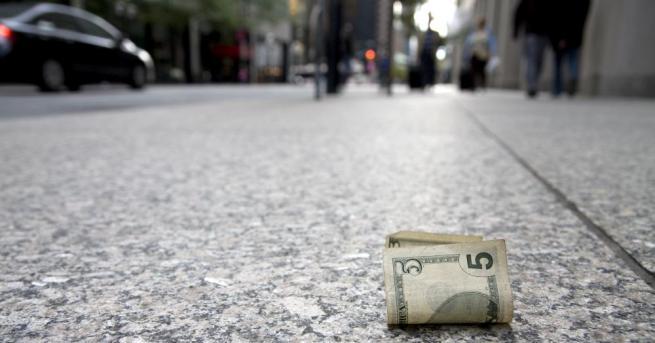 Загадъчната поява на банкноти по улиците в старо миньорско селище
