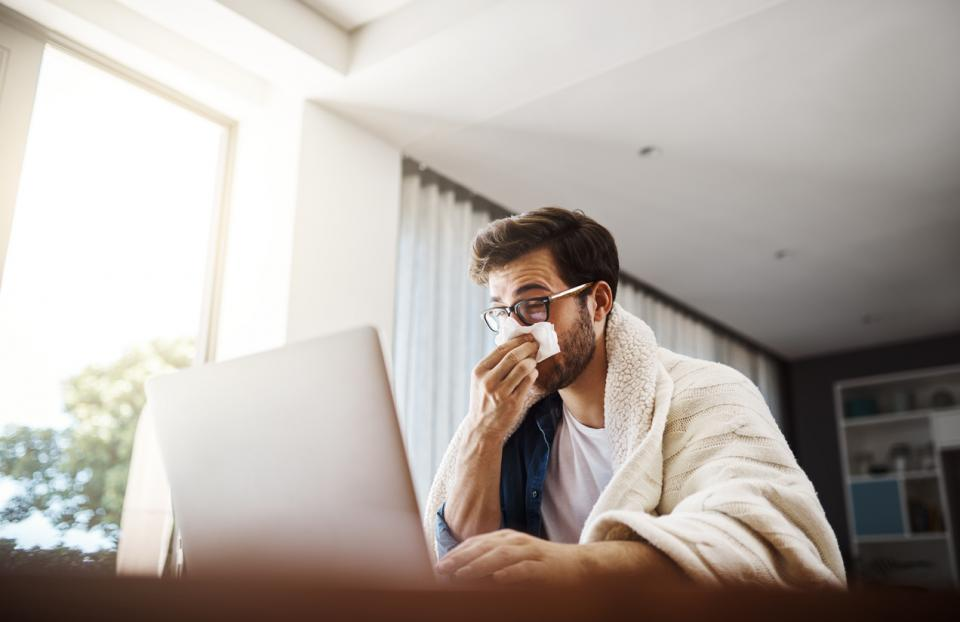 мъж болен грип настинка