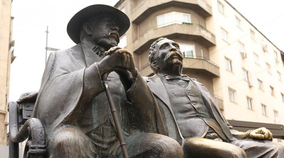 Статуята на Славейкови в София вече са нов бастун, след като предният бе...