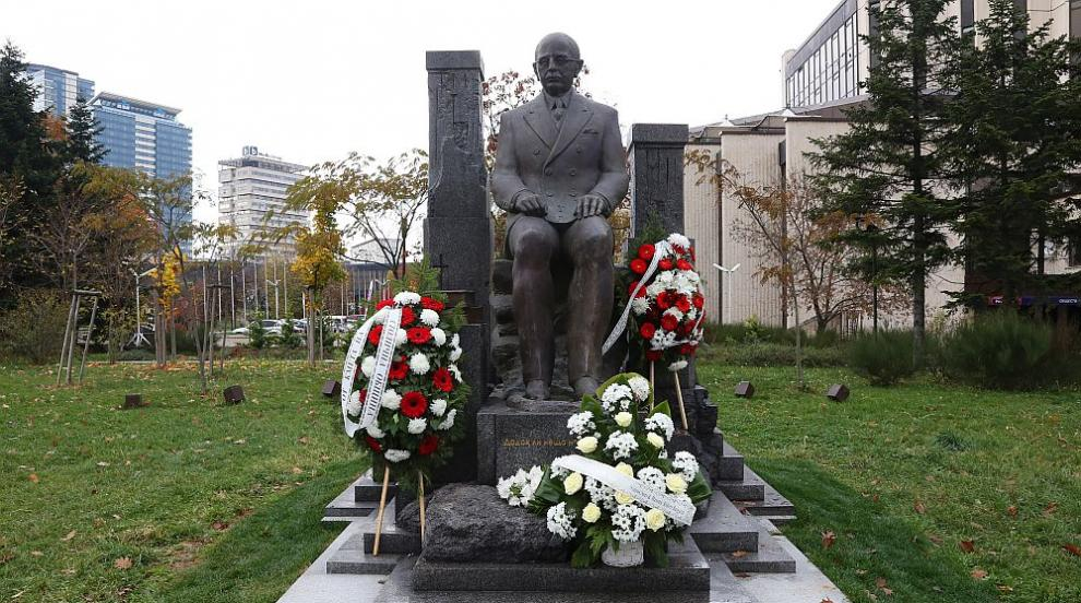 София вече има паметник на Симеон Радев (СНИМКИ)