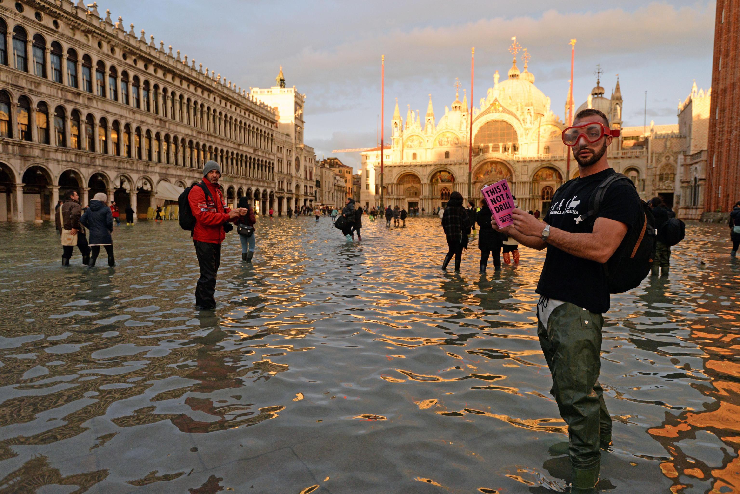 Извънредно положение е обявено за всички сицилиански провинции, а също и за Генуа, Савоя и Специя. На 18 ноември например регионалният съвет на Тоскана обяви извънредно положение в областта заради поройни дъждове и бури. Местните власти поискаха кабинетът да обяви такава мярка на национално равнище.