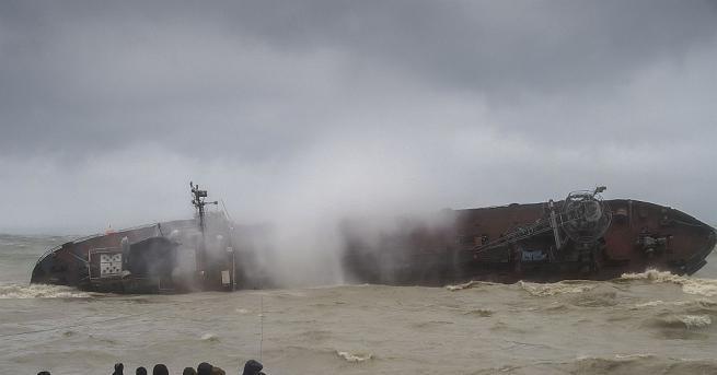 Молдовски танкер аварира във водите на Черно море край Украйна,