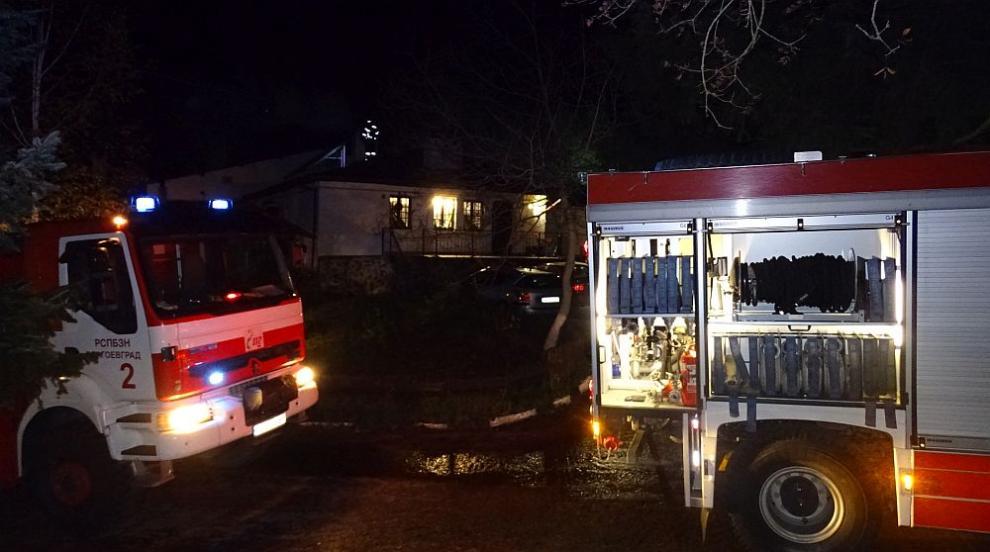 Комин на ресторант се запали в Благоевград, клиентите се евакуираха (СНИМКИ)