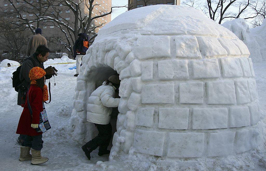 <p><strong>Иглутата</strong></p>  <p>Не всички ескимоси живеят в иглута. Това е широко разпространен стереотип, на който хиляди хора вярват. В действителност обаче ескимосите предпочитат други видове постройки, като по-голямата част от домовете им са построени от дървесина. Иглутата се използват за подслон по време на лов и отдалечаване от дома.</p>